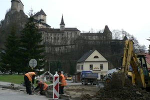 Stavebný ruch pod hradom. Oravský Podzámok privíta tento rok turistov novou cestou.