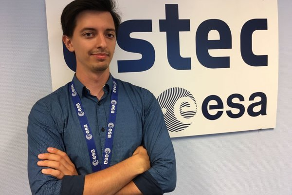 Matej Poliaček v súčasnosti stážuje v Centre pre výskum vesmíru a vesmírnu techniku pri Európskej vesmírnej agentúre.