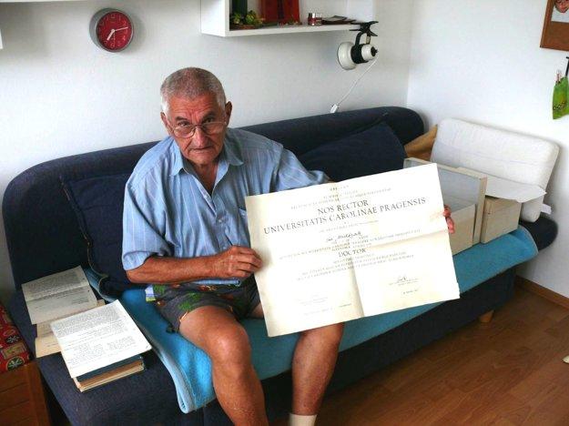 Milan Midžiak sbratovým diplomom, ktorý mu po rehabilitácii priznali.