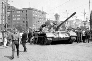 """Sovietsky tank pred bratislavským """"Manderlákom"""", Miroslav Pius je napravo od kráčajúceho muža v okuliaroch."""