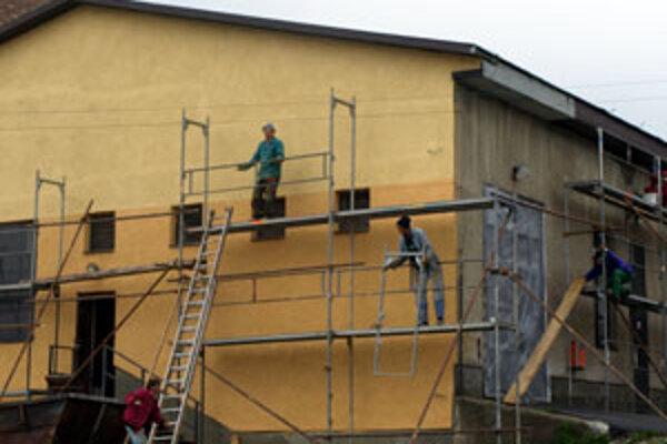 Už druhý rok vládne v centre Rabčíc stavebný ruch. Po nákladnej rekonštrukcii školského areálu a dostavbe telocvične bila centrálna kotolňa do očí ako chudobná príbuzná. Obec ju preto dala minulý týždeň nanovo omietnuť.