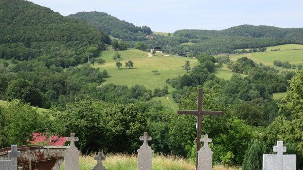 Pohľad na okolie z miestneho cintorína.