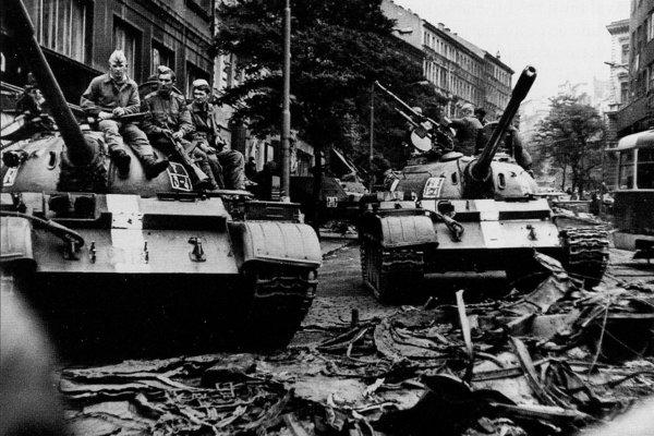 Sovietske tanky na Vinohradskej triede v Prahe pri budove Československého rozhlasu. Okupanti obsadili rozhlas po dvojhodinovom obliehaní, pri ktorom zahynulo sedemnásť ľudí a vyše 50 bolo zranených.