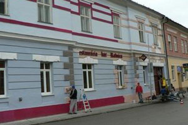 Majiteľ reštaurácie sa s mestom nedohodol na farebnom odtieni fasády a použil nevhodnú farbu. Hlavná architektka nariadila omietku premaľovať.