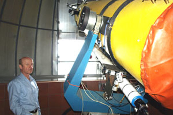Mojmír Murín strávi pri teleskope Newton 610 veľa času. No jasná obloha je dnes veľkou vzácnosťou – nielen pre zlé počasie, pre smog a svetelné znečistenie atmosféry nad Európou, ale aj pre infračervené znečistenie z neďalekej sušičky reziva.