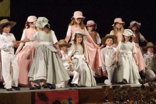 Tanečníci zo súboru Karolínka.