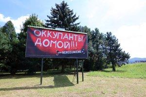 """Bilbord s nápisom """"okupanti domov"""" medzi Sliačom a Zvolenom pripomína 50. výročie príchodu vojsk Varšavskej zmluvy na Slovensko a začiatok okupácie."""