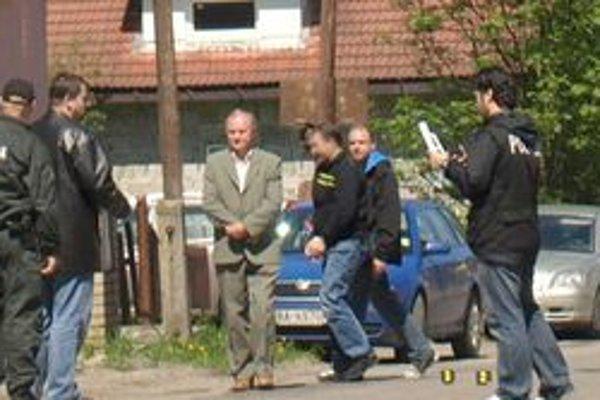 Polícia na miesto činu priviedla aj obvineného. Rekonštrukcie sa však napokon nezúčastnil.