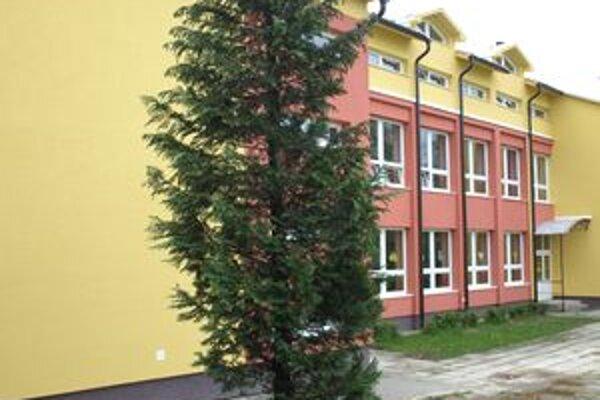 Školský areál rozžiarili aj pestré farby na fasáde.