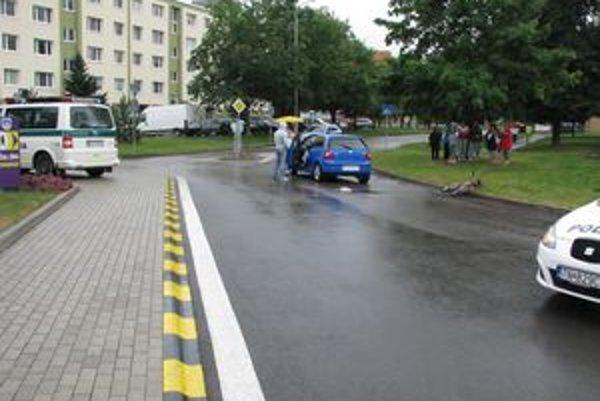 Nehoda sa skončila ľahkým zranením cyklistky.