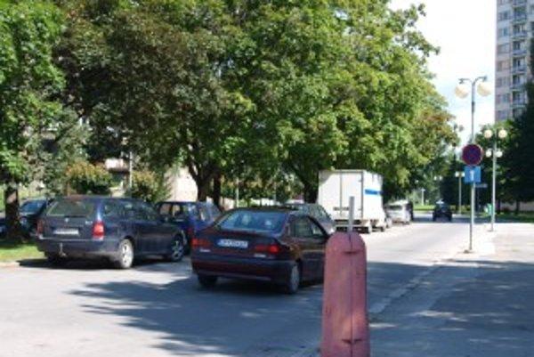 Chýbajúci stĺp. Technické služby ho nezrušia, vodiči nemajú na chodníku čo hľadať.