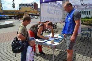 Kováci zbierali v Humennom na námestí podpisy pod petíciu Skôr do dôchodku.