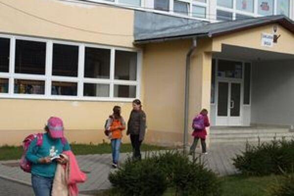Štátna škola v Trstenej má zatiaľ univerzálny názov bez dodatkov. Na nový si bude musieť ešte chvíľu počkať.
