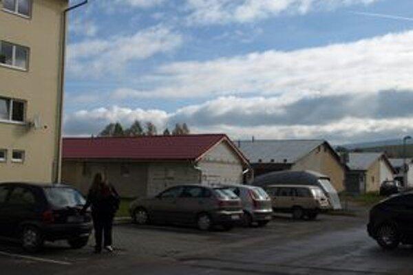 Týchto osem garáží oproti bytovke, v ktorej býva aj pani Gabriela, si noví majitelia postavili vlani. Pozemky dostali žrebovaním.