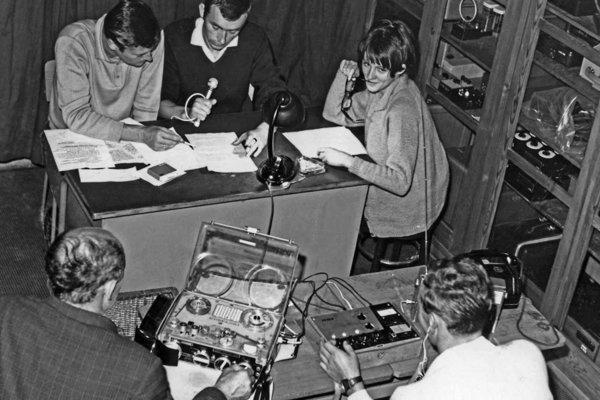 Zdeno Oravec, Fedor Mikovič a Hana Kútiková počas vysielania v čase okupácie našej krajiny.