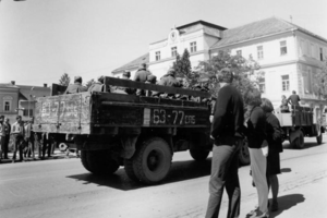 Útok na svojho spojenca bol dôsledkom obáv komunistických pohlavárov, aby podobný reformný proces nezačal aj v iných krajinách a aby neboli nahradení mladými reformnými komunistami.
