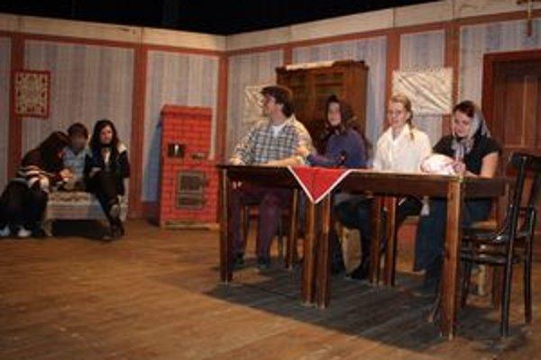 Hra bola jednoduchá, no študentom sa veľmi páčila. Celý príbeh sa odohrával v chudobnej izbe. Kulisy si herci požičali od ochotníkov z Krivej.