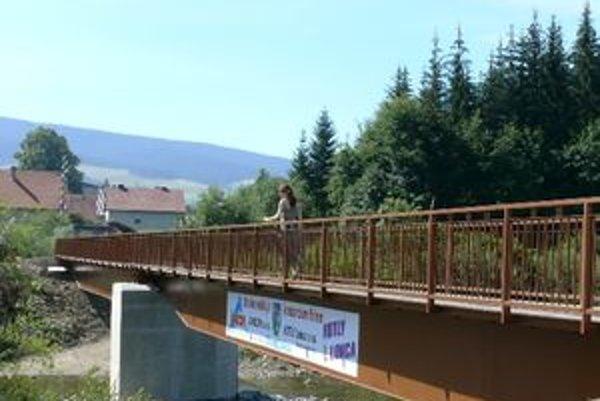Nový most v Lokci je už nainštalovaný a pripravený slúžiť občanom.