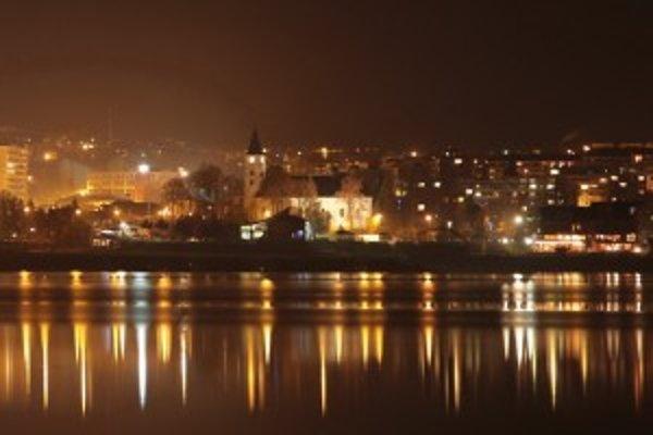 Pohľad na nočné Námestovo pripomína veľkomesto, ktoré v noci ožíva.