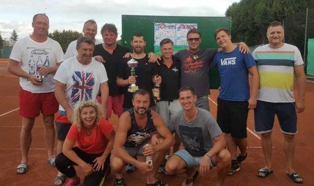 Tenisti na amatérskom turnaji.