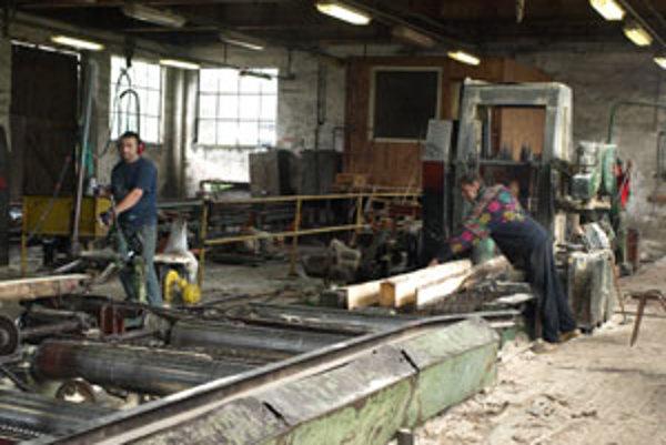 Robotníci na Oravskej Píle už robia len v jednej z výrobných hál. Zvyšok veľkého areálu je tichý.