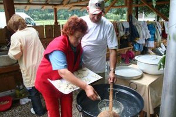 O prípravu tradičných pokrmov zo zemiakov sa postarali členky klubu dôchodcov v Párnici.