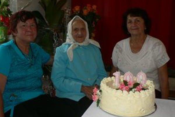 Anna Šimková z Kňažej oslavovala uplynulý štvrtok sto rokov v kruhu svojich najbližších. Na fotke s dcérami.