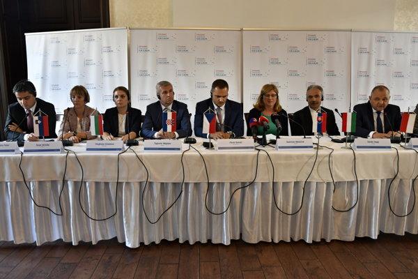 Na snímke rokovanie zástupcov rezortu pôdoshospodárstva krajín V4+4 ospoločnom boji proti nekalým obchodným praktikám vOponiciach.