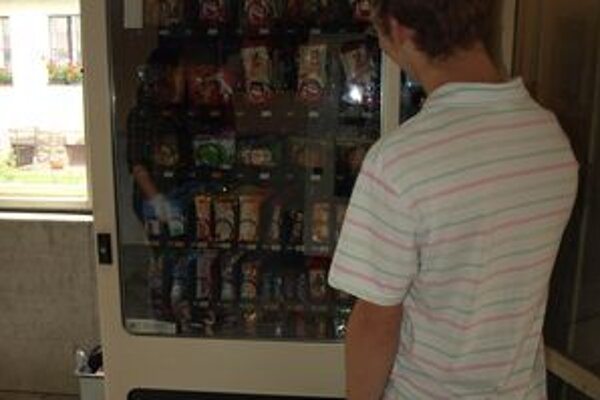 Automaty na sladkosti by vďaka dvom novým školským programom mohli nahradiť automaty na ovocie, zeleninu a mlieko.