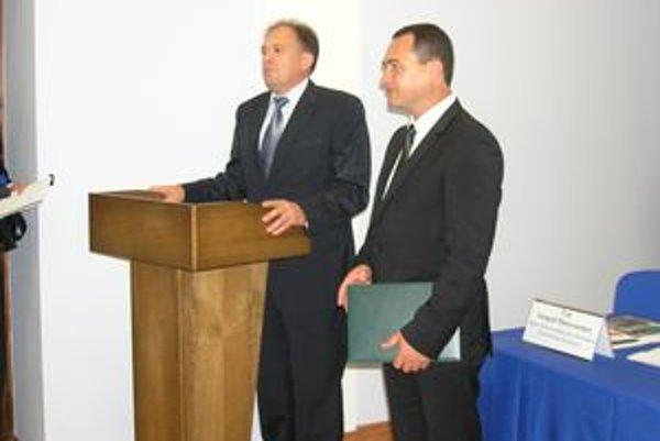 Marián Murín (vpravo) si prevzal konzulský patent v bieloruskom hlavnom meste Minsk. Ministerstvo zahraničných vecí SR ho vo štvrtok 24. septembra potvrdilo, čím sa oravský podnikateľ oficiálne stal honorárnym konzulom Bieloruska na Slovensku.