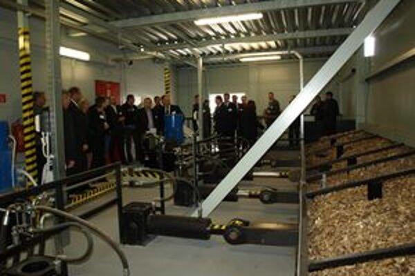 Prvá miestnosť novej spaľovne. Odtiaľto prechádza drevná štiepka zo zásobníkov priamo do spľovacích kotlov.