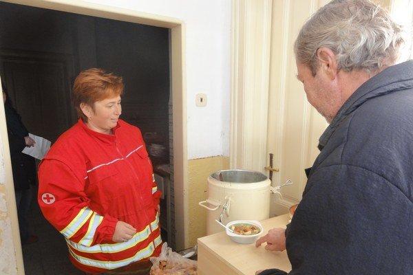 O teplé jedlo majú bezdomovci záujem.