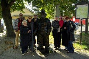 Sochu vojaka Švejka na železničnej stanici v Humennom pravidelne niekoľko rokov vždy v októbri vyumývali a vydrhli členovia, priatelia a sympatizanti miestneho Českého spolku. Na snímke z roku 2013.