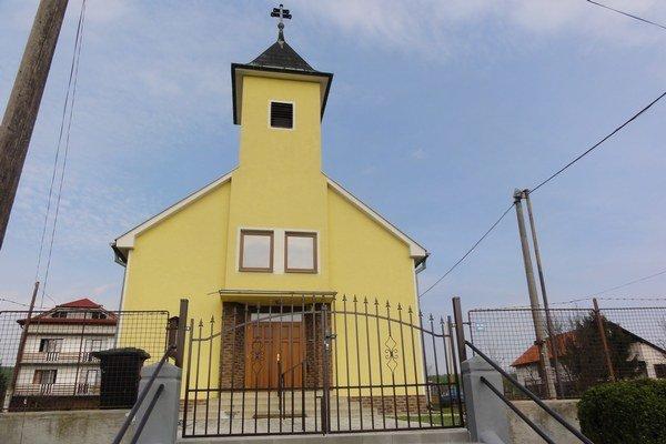 Podľa kostolníčky by sa opravy nedali zrealizovať bez štedrých milodarov miestnych ľudí.