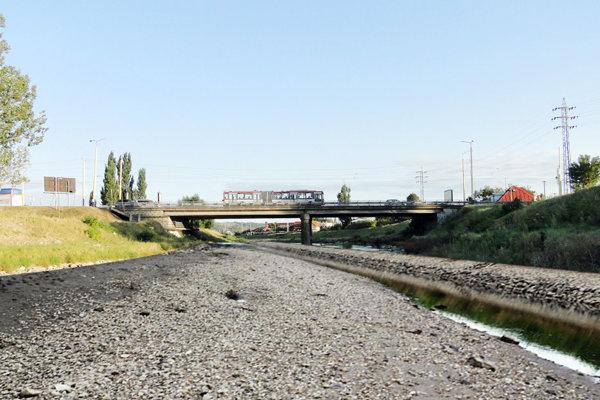 Rieka Hornád pripomína v týchto dňoch skôr potok.
