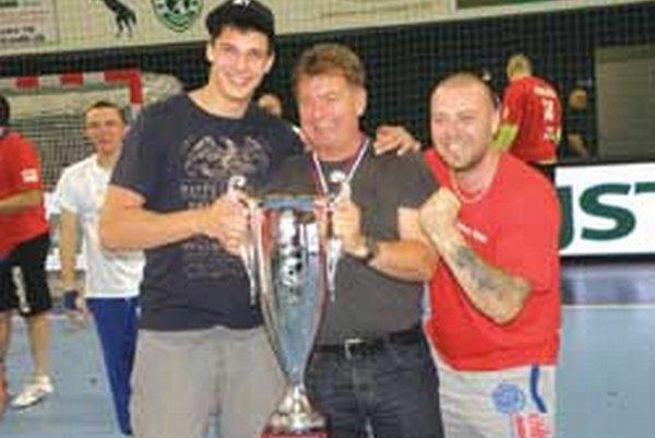 Alexander Mallo (v strede) s pohárom za fantastické druhé miesto.