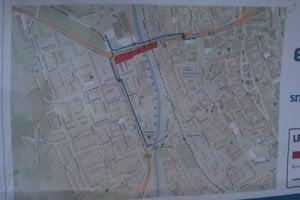 Staviteľ vyznačil pre chodcov obchádzkovú trasu, ktorá vedie po druhej strane ulice Obr. mieru.