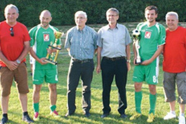 Zľava: Peter Mojžiš - starosta Kuzmíc, Peter Desat, Karol Gerhát, Ján Dubný, Peter Švec, Imrich Hermann - starosta Jacoviec.
