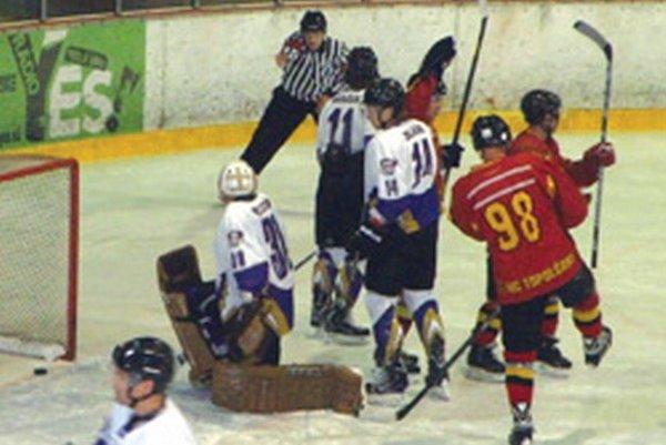 Topoľčany sa radujú z prvého gólu proti Budapešti. Úspešným strelcom bol Denis Mihalik.