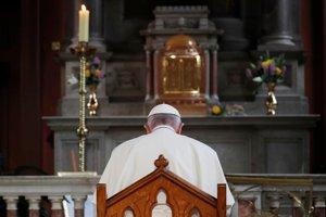 Pápež za modlív katedrále Panny Márie.