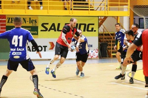 Snímka zo zápasu Šaľanov s domácim tímom.