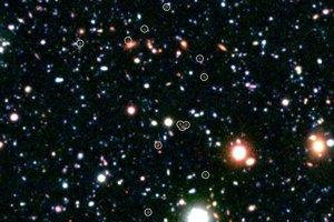 V roku 2011 videl astronómovia pomocou Spitzera veľmi vzdialenú skupinu galaxií COSMOS-AzTEC3. Svetlo z nich na zem putovalo 12 miliárd rokov. Podobné objekty zrejme predchádzajú vzniku kôp galaxií - gravitačnému zoskupeniu stoviek galaxií.