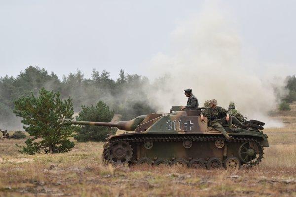 Rekonštrukcia bojov z 2. svetovej vojny počas 16. ročníka podujatia Sahara na Záhorí.