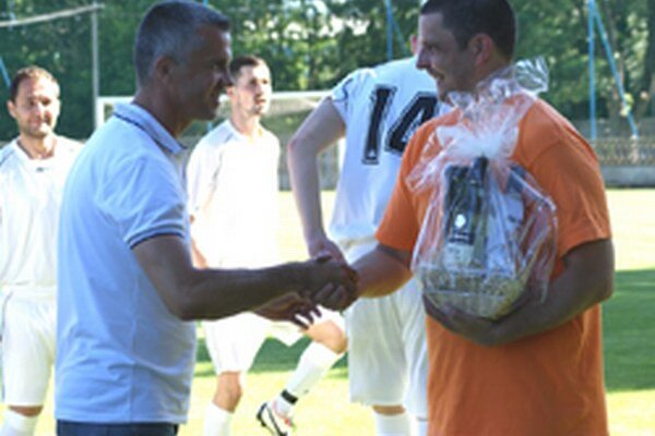 Minulý týždeň uhrali Tovarníky doma remízu s Chrenovou 1:1. Pred zápasom Juraj Bačík (vpravo) ukončil svoju futbalovú kariéru vTovarníkoch. Vedenie klubu ahráči mu poďakovali za všetko, čo spravil pre Tovarnícky futbal počas svojho 4 apolročného pôsobe