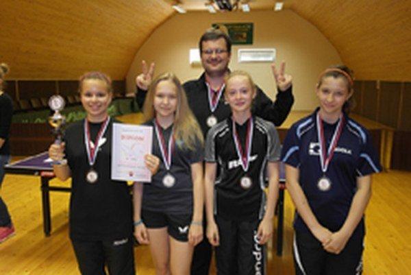 Zľava: Diana Petríková, Alžbeta Bulíková, tréner Oto Mackovič, Renáta Lacenová aNatália Pakšiová.