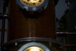 Záber na destilát v trojstupňovej kolóne. Pálenka sa v nej trikrát destiluje.