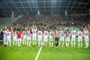 Hráči Spartaka Trnava sa radujú s fanúšikmi po skončení zápasu v Ľubľane.