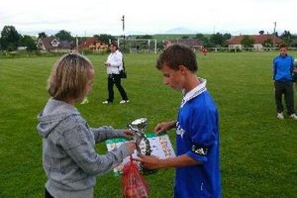Kapitán Solčian preberá pohár za tretie miesto.