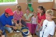 Deti navštívil aj keramikár.