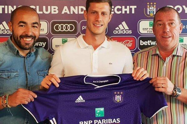 James Lawrence (v strede) už s novým dresom Anderlechtu Brusel.